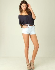 simple white high waisted shorts outfit
